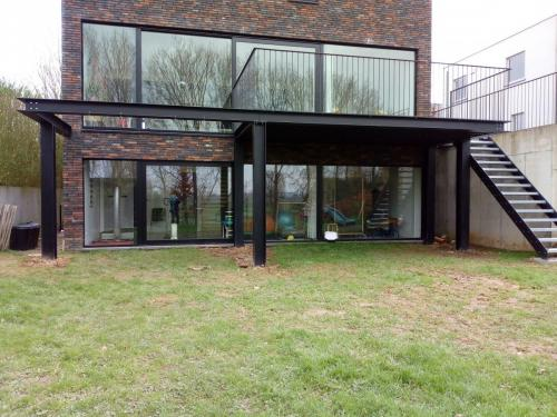 Staalstructuur voor terras inclusief terrasbekleding, trap en balustrades