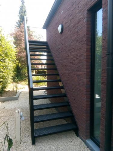 Staalstructuur, trap en balustrades voor een terras
